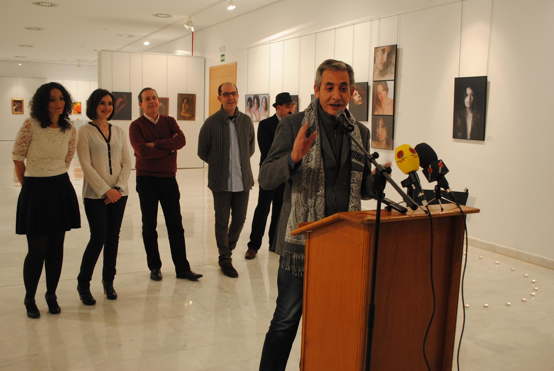 """El alcalde inauguró en La Confianza la exposición fotográfica de """"Group of artists"""" – Valdepeñas"""