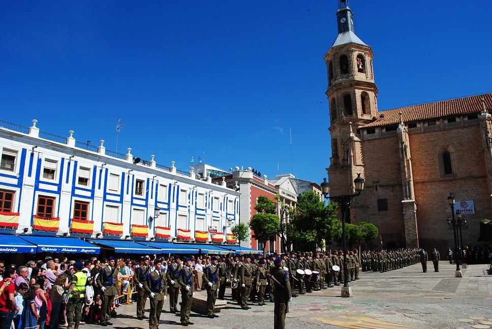 Valdepeñas rinde honor al símbolo de España y a la unidad