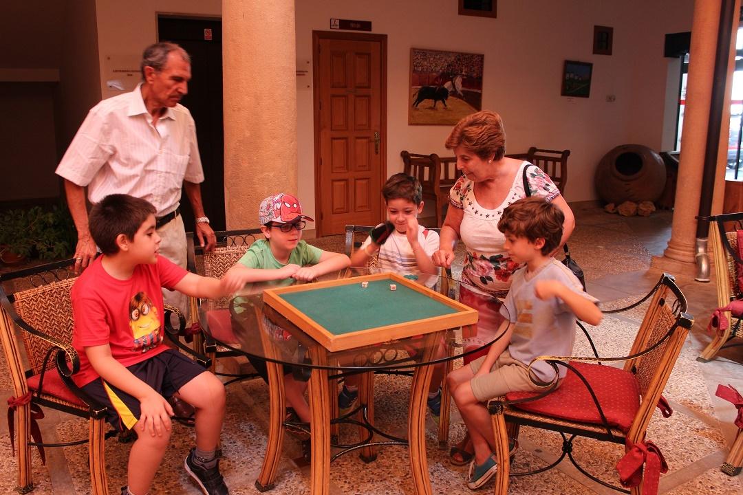 Niños y mayores participan en un encuentro intergeneracional en Villanueva de los Infantes