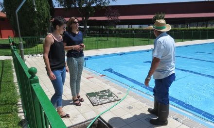 La piscina municipal de Manzanares estrena baldosas antideslizantes