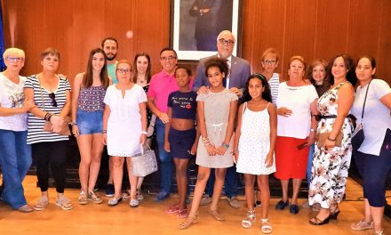 """El alcalde recibe a las niñas saharauis y familias acogedoras participantes en el Programa """"Vacaciones en Paz"""""""