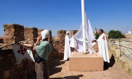 """El izado de la bandera Calatrava en el Castillo anuncia las VI Jornadas """"Manzanares Medieval"""""""