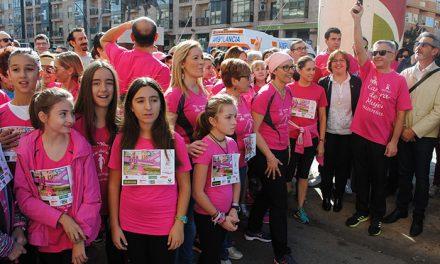"""Cerca de 1.000 personas se han sumado en Valdepeñas a la """"marea rosa"""" contra el cáncer de mama"""