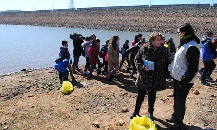 Escolares participan en una batida de limpieza en La Cabezuela para concienciar sobre la basura y los entornos naturales