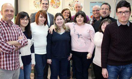 Seis discapacitados intelectuales digitalizan parte del archivo histórico del Legado Bustillo