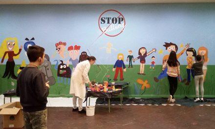 Alumnos del Taller de Artes Plásticas 'Daniel de Campos' pintan contra el bullying
