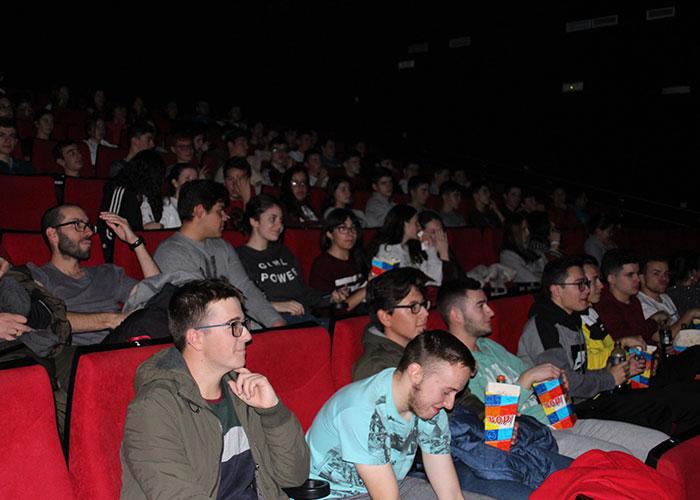 Más de cien alumnos asisten a la proyección de 'Love Simon' en versión original