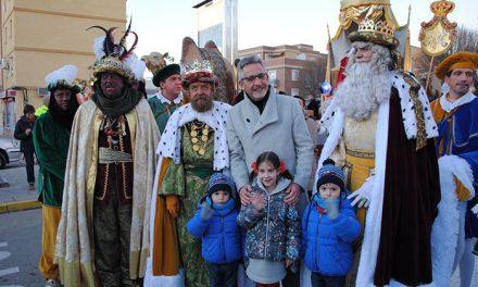 Jesús Martín recibe a Melchor, Gaspar y Baltasar en su mágica llegada a Valdepeñas
