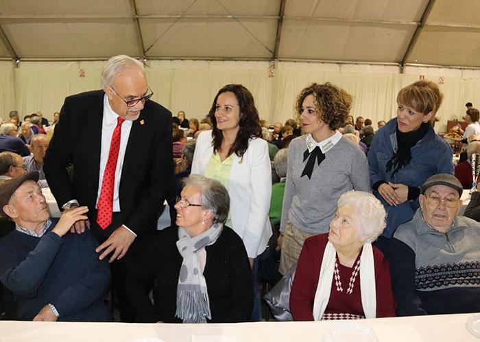 Julián Nieva felicita la Navidad a las personas mayores en la tradicional chocolatada