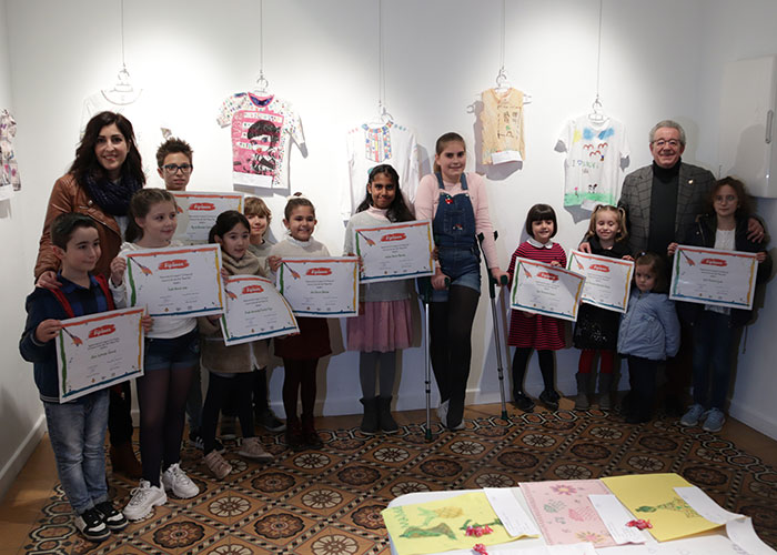 Los niños y niñas de Manzanares homenajean a Manuel Piña con sus obras de arte sobre textil