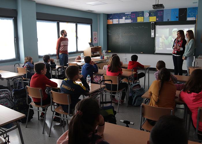 """El alumnado del colegio 'Divina Pastora' aprende que """"Otro final es posible"""" para los aparatos tecnológicos"""