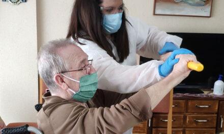 El Centro de Mayores del Lucero realiza durante la desescalada terapia domiciliaria y paseos a los usuarios del SED