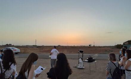 Los jóvenes de Manzanares disfrutan de la observación astronómica celebrada junto al Molino Grande