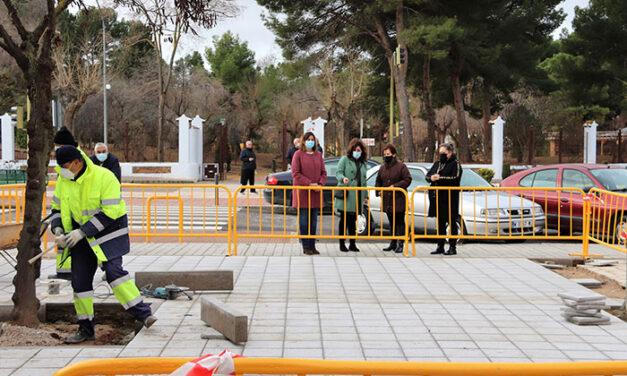 El Ayuntamiento de Manzanares mejora los acerados de la Avenida del Parque