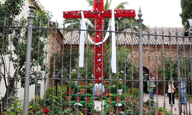 Vistosa Cruz de Mayo en la ermita de San Sebastián de La Solana