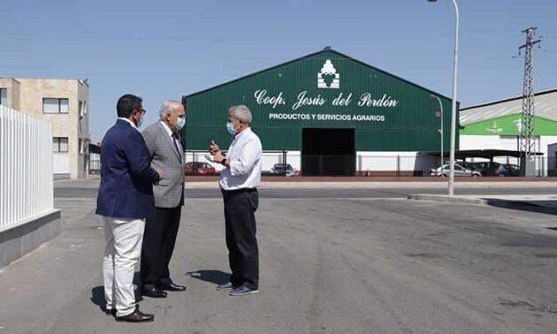 Julián Nieva se interesa por el inicio de la vendimia en la Cooperativa Jesús del Perdón-Bodegas Yuntero